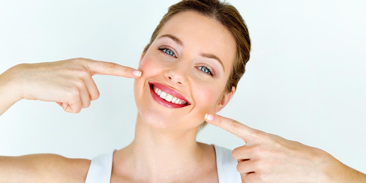 Bělení zubů u lékaře vs. doma: Co vám zaručí krásnější úsměv?